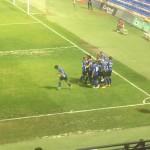 Los jugadores celebran el empate logrado por Chechu